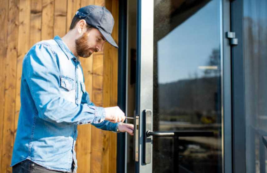 Zugefallene Tür selber öffnen und Geld für den Schlüsseldienst sparen.